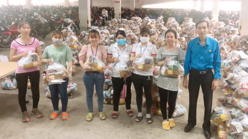 Công đoàn Alliance One tặng quà Tết dương lịch cho công nhân lao động