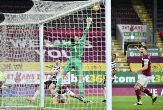 Pogba và may mắn giúp M.U lên ngôi đầu Premier League