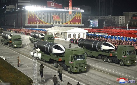 """Triều Tiên hé lộ tên lửa đạn đạo phóng từ tàu ngầm """"mạnh nhất"""" trong lễ duyệt binh mới"""