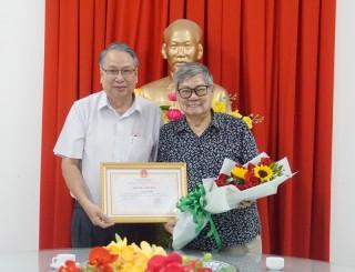 Nhà Văn Nguyễn Hồ trao tặng nhiều tư liệu lịch sử cho Bến Tre