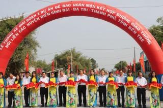 Thông xe của tuyến đê bao nối liền 3 huyện biển Bình Đại - Ba Tri - Thạnh Phú