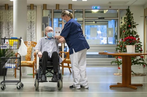 Thế giới lo ngại biến chủng mới; châu Âu oằn mình chống dịch