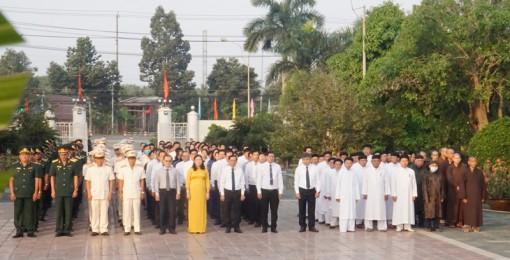 Lãnh đạo tỉnh viếng Nghĩa trang liệt sĩ tỉnh nhân kỷ niệm 61 năm Ngày Bến Tre Đồng Khởi