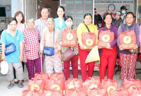 Đại lý vé số Minh Sơn trao quà Tết cho người nghèo