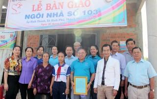Báo Đồng Khởi - Hội từ thiện Hạt Phù Sa trao nhà tình thương tại xã Bình Phú