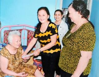 """Câu lạc bộ """"Liên thế hệ tự giúp nhau"""" xã Bình Phú"""