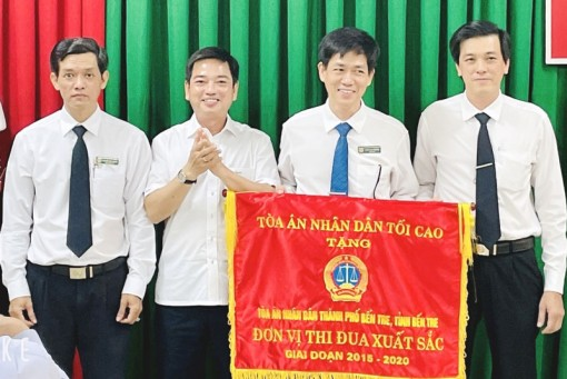Tòa án nhân dân TP. Bến Tre nhận cờ thi đua xuất sắc 5 năm liền