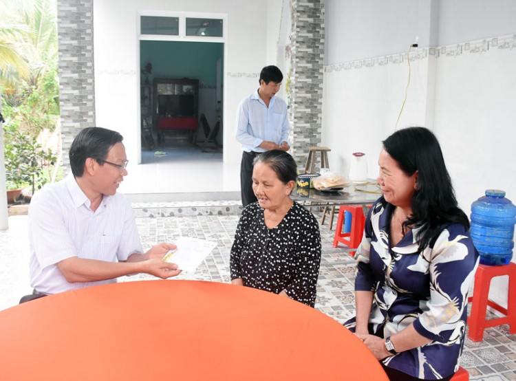 Bí thư Tỉnh ủy thăm, tặng quà gia đình chính sách