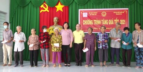 Đoàn đại biểu Quốc hội tỉnh Bến Tre tặng 250 phần quà Tết tại huyện Giồng Trôm