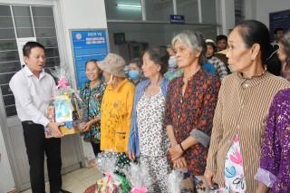Thăm, tặng quà Tết cho các hộ nghèo, tổ chức