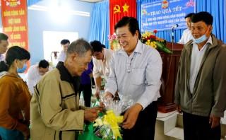 Hội Nông dân tỉnh trao quà cho hộ nghèo