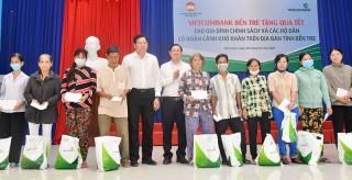 Ngân hàng TMCP Ngoại thương Việt Nam Chi nhánh Bến Tre trao quà Tết cho người nghèo