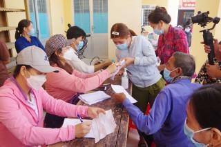 Khám bệnh, cấp phát thuốc và trao nhà cho hộ nghèo