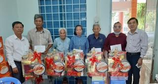 Trưởng ban Dân vận Tỉnh ủy Bùi Văn Bia thăm gia đình chính sách tại huyện Thạnh Phú