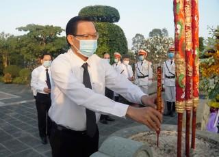 Lãnh đạo tỉnh viếng và thắp hương Nghĩa trang liệt sĩ tỉnh nhân dịp Tết Nguyên đán Tân Sửu 2021