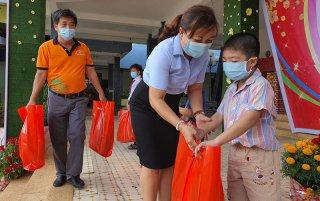 Trung tâm Hoạt động thanh thiếu nhi tặng quà Tết cho thiếu nhi nghèo