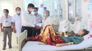 Thăm bệnh nhân điều trị tại Trung tâm Y tế huyện