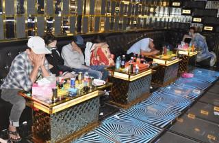 Kiểm tra quán karaoke tại Mỏ Cày Bắc phát hiện 13 đối tượng dương tính với ma túy
