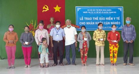 Thạnh Phú trao thẻ bảo hiểm y tế cho nhân khẩu cận nghèo