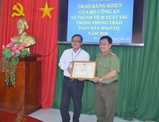 Trường Cao đẳng Bến Tre nhận bằng khen của Bộ Công an