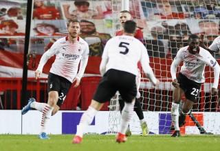 """MU đánh rơi chiến thắng phút bù giờ, Arsenal """"đặt một chân"""" vào tứ kết Europa League"""