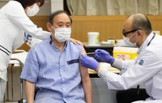 Thủ tướng Nhật Bản Suga Yoshihide tiêm vaccine ngừa COVID-19
