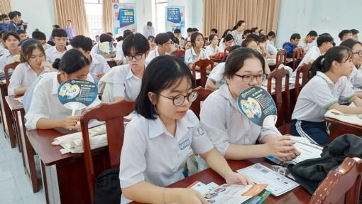 Học sinh tham gia tư vấn hướng nghiệp