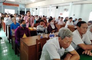 Lãnh đạo UBND huyện Ba Tri đối thoại với nhân dân