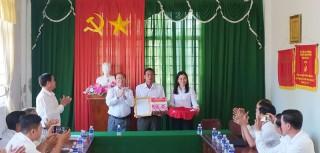Huyện ủy Bình Đại trao thư khen của Tỉnh ủy cho Đảng bộ và nhân dân xã Thạnh Phước
