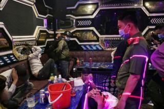 Phát hiện 15 đối tượng dương tính với ma túy trong quán karaoke