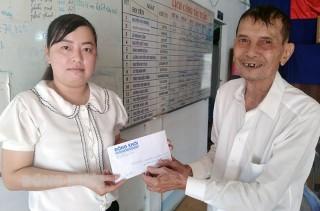 Trao tiền hỗ trợ cho em Phạm Kim Ngân ở xã Phước Thạnh
