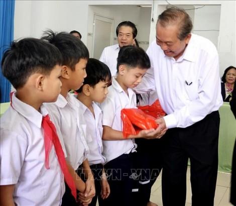 Phó Thủ tướng Thường trực Trương Hòa Bình thăm, tặng quà trẻ khuyết tật
