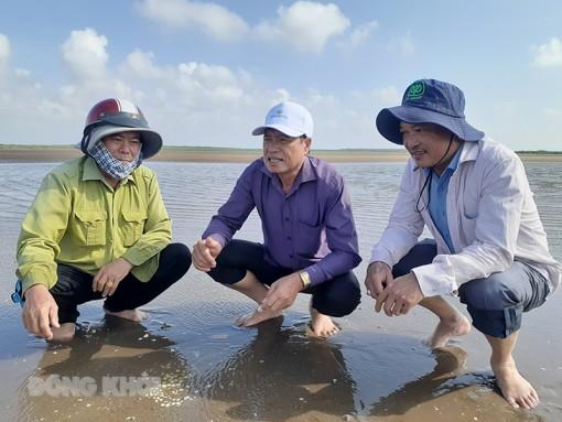 Kiểm tra tình hình nghêu chết tại Hợp tác xã Thủy sản Rạng Đông xã Thới Thuận