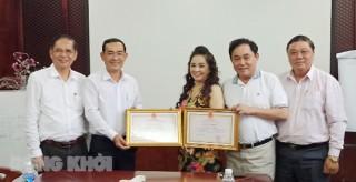 """Chủ tịch UBND tỉnh Bến Tre tặng bằng khen cho vợ chồng ông Dũng """"lò vôi"""""""