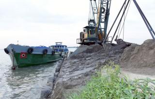 Bắt quả tang 2 tàu khai thác cát sông trái phép