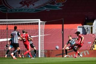 Thua phút bù giờ, Liverpool mất cơ hội vào top 4