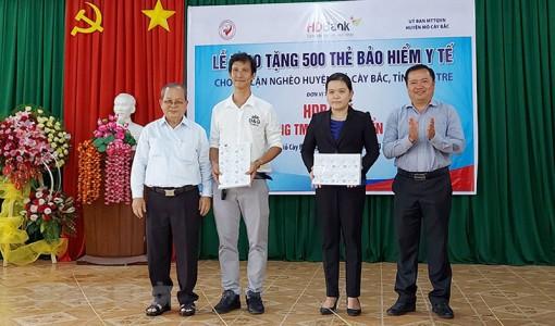 Thêm 500 thẻ bảo hiểm y tế được trao cho hộ cận nghèo