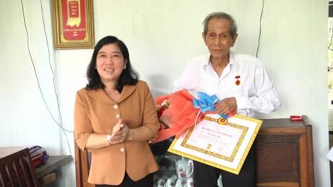 Giồng Trôm trao Huy hiệu 65 năm tuổi Đảng cho đảng viên
