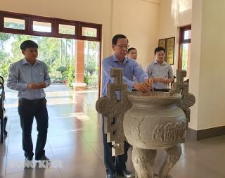 Bí thư Tỉnh ủy Phan Văn Mãi dâng hương tại đền thờ Bác Hồ
