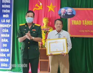 Bình Đại trao Huy hiệu Đảng đợt 19-5-2021