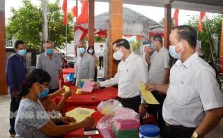Chủ tịch UBND tỉnh Trần Ngọc Tam kiểm tra công tác chuẩn bị bầu cử tại huyện Ba Tri và Giồng Trôm