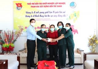 Đồng chí Phan Văn Mãi tặng heo đất đợt 2