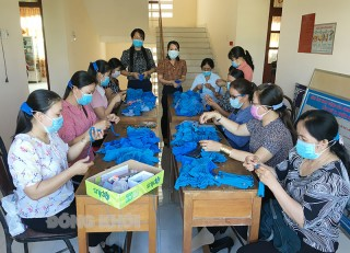 Phụ nữ Ba Tri may khẩu trang, băng đeo vải hỗ trợ phòng chống dịch Covid-19