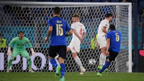 Italia là đội đầu tiên lọt vào vòng 1/8