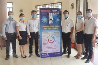 BIDV Đồng Khởi trao tặng Báo Đồng Khởi hệ thống đo thân nhiệt sát khuẩn tay tự động