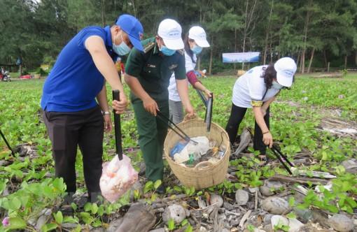 Cộng đồng tham gia trồng cây và nhặt rác