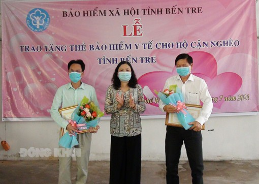 Trao tặng 1.657 thẻ bảo hiểm y tế cho hộ cận nghèo tỉnh Bến Tre