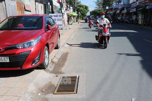 Nhiều tuyến đường bị mất tấm vỉ gang đậy hố thu nước mặt