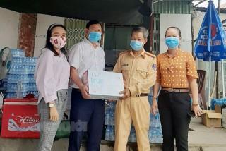 MTTQ Việt Nam tỉnh thăm và tặng quà cho lực lượng chốt kiểm dịch Covid-19