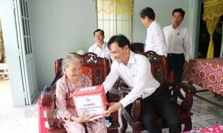 Giao cấp ủy, chính quyền các địa phương thăm, tặng quà cho các gia đình người có công